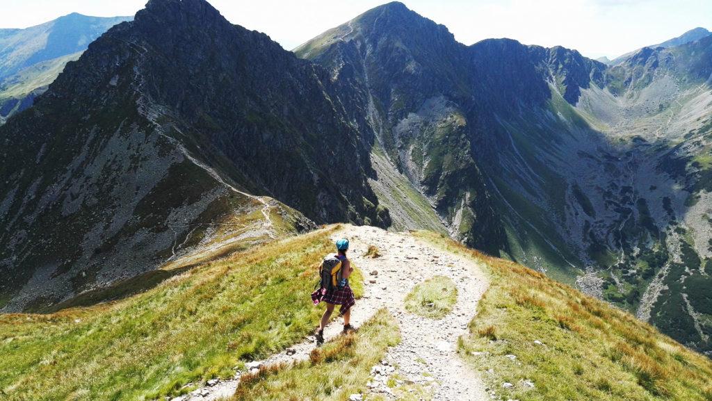 Rohacze. Na pierwszym planie widoczne zejście na Jamnicką Przełęcz. Za nim wejście na Rohacz Ostry. Z tyłu po prawej Rohacz Płaczliwy