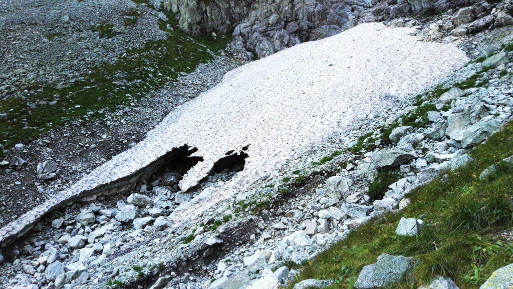 Płat zlodowaciałego śniegu na szlaku na Rysy