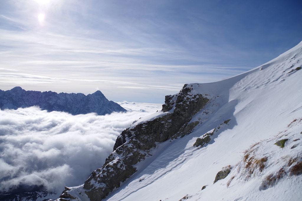 Chmury w Dolinie Pięciu Stawów Polskich w trakcie podejścia na Kozi Wierch