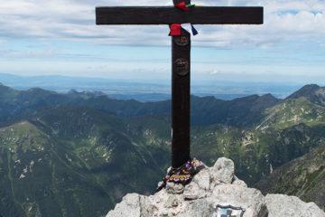 Szlak na Krywań. Dwuramienny krzyż już nierozerwalnie łączy się z Krywaniem
