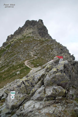 Szlak na Przełęcz pod Chłopkiem. Koniec szlaku oznaczony jest zielonym kołem. W tle Mięguszowiecki Szczyt Pośredni