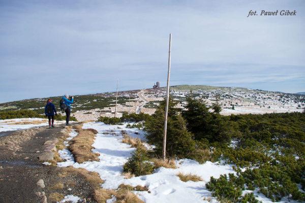 Szlak przez Śnieżne Kotły Szrenica Wodospad Kamieńczyka. Zimą właściwą trasę pomagają zlokalizować tyczki