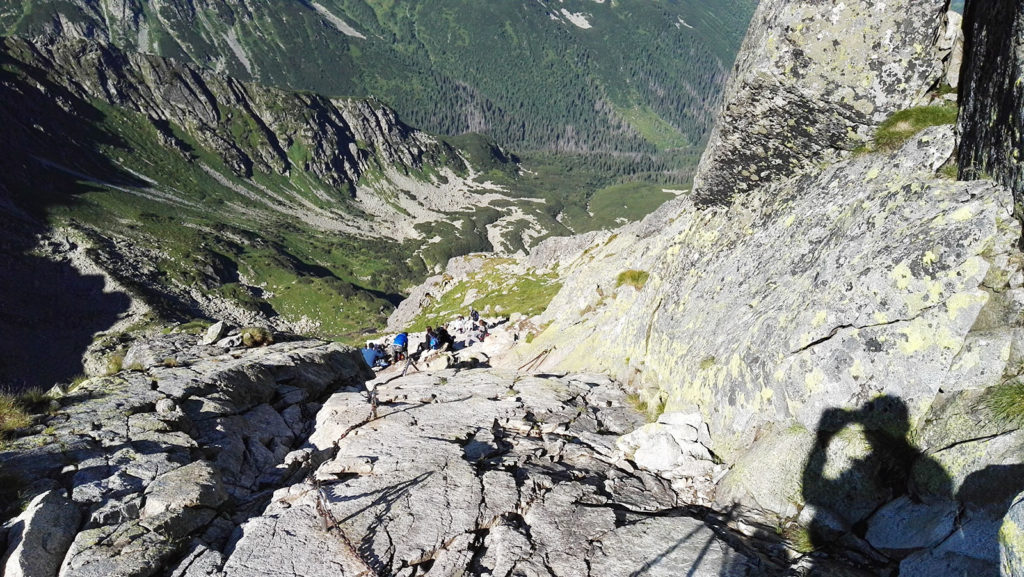 Sztuczne ubezpieczenia w drodze na szczyt Świnicy