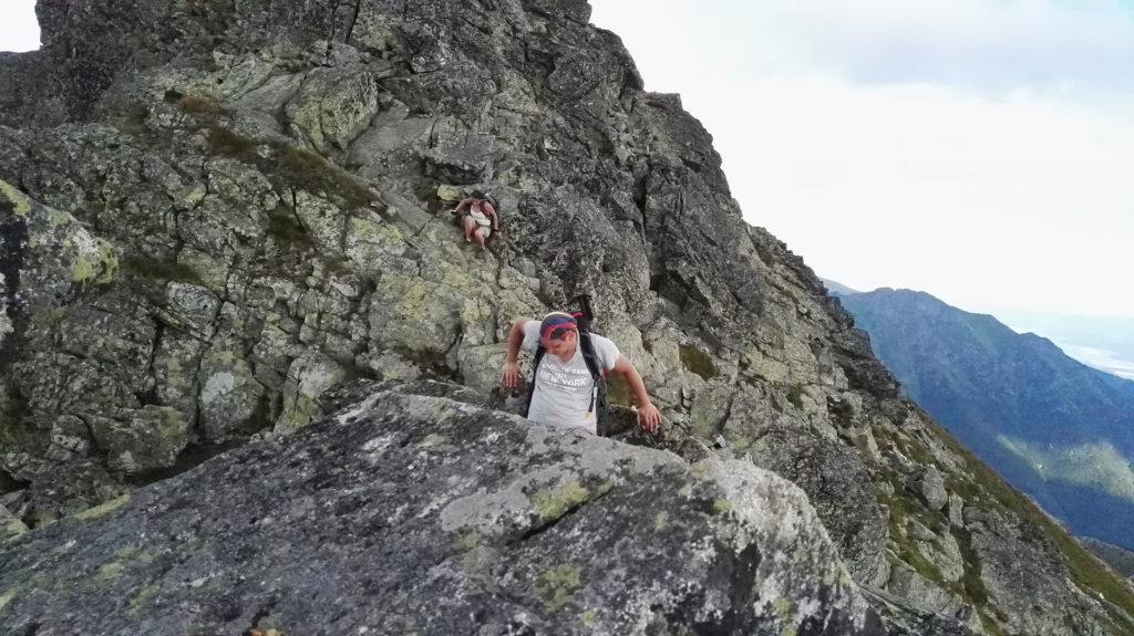 Rohacze. Zejście po skałach oznakowanym szlakiem