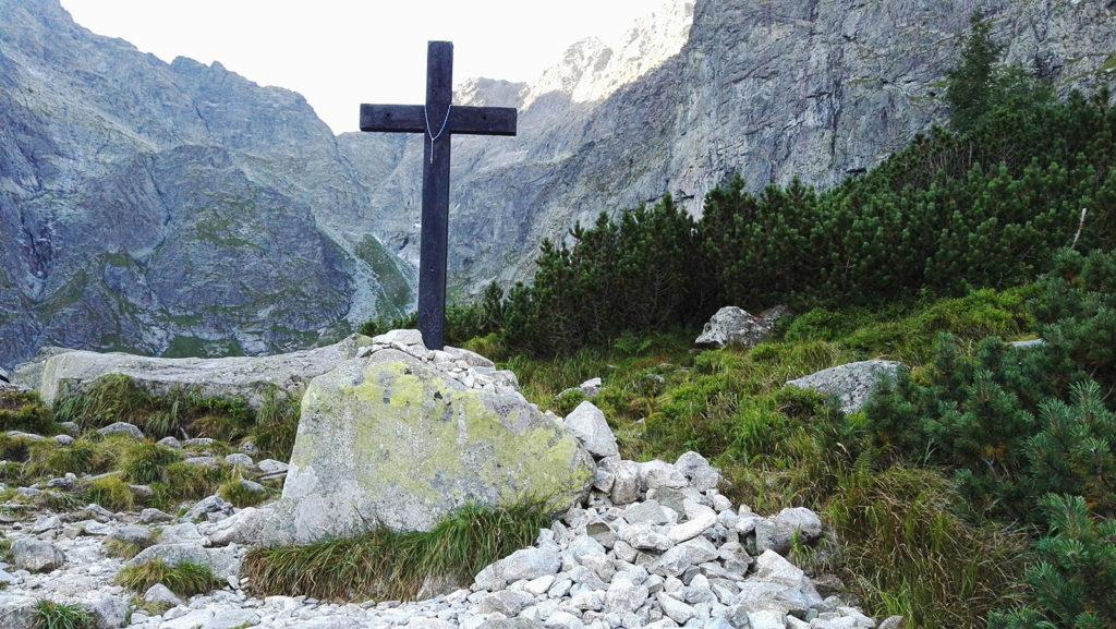 Krzyż na brzegu Czarnego Stawu pod Rysami