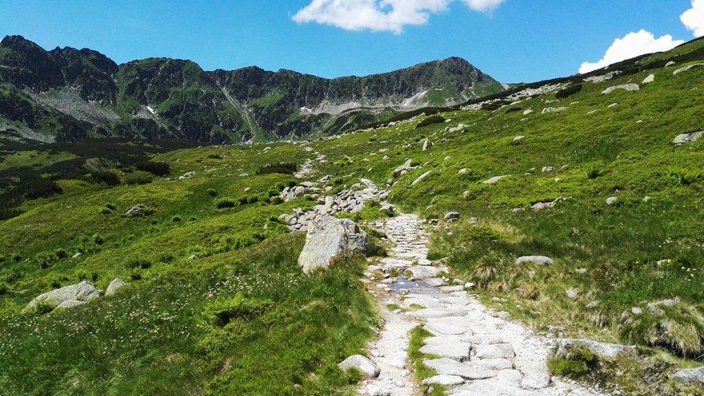 Ścieżka wzdłuż Wielkiego Stawu w Dolinie Pięciu Stawów Polskich