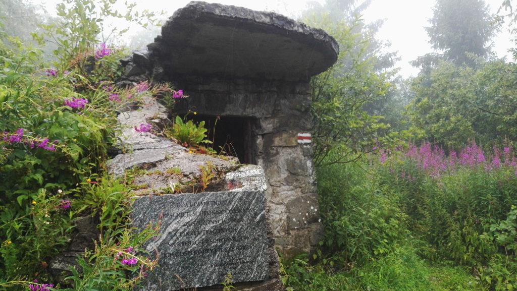 Ruiny schroniska na górze Lubań