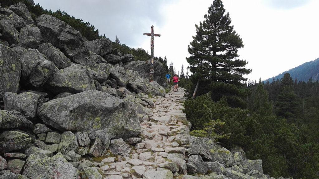 Dojście do Tatrzańskiego Cmentarza Symbolicznego pod Osterwą
