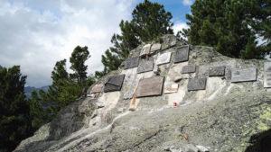 Skała Himalaistów na Tatrzańskim Cmentarzu Symbolicznym pod Osterwą