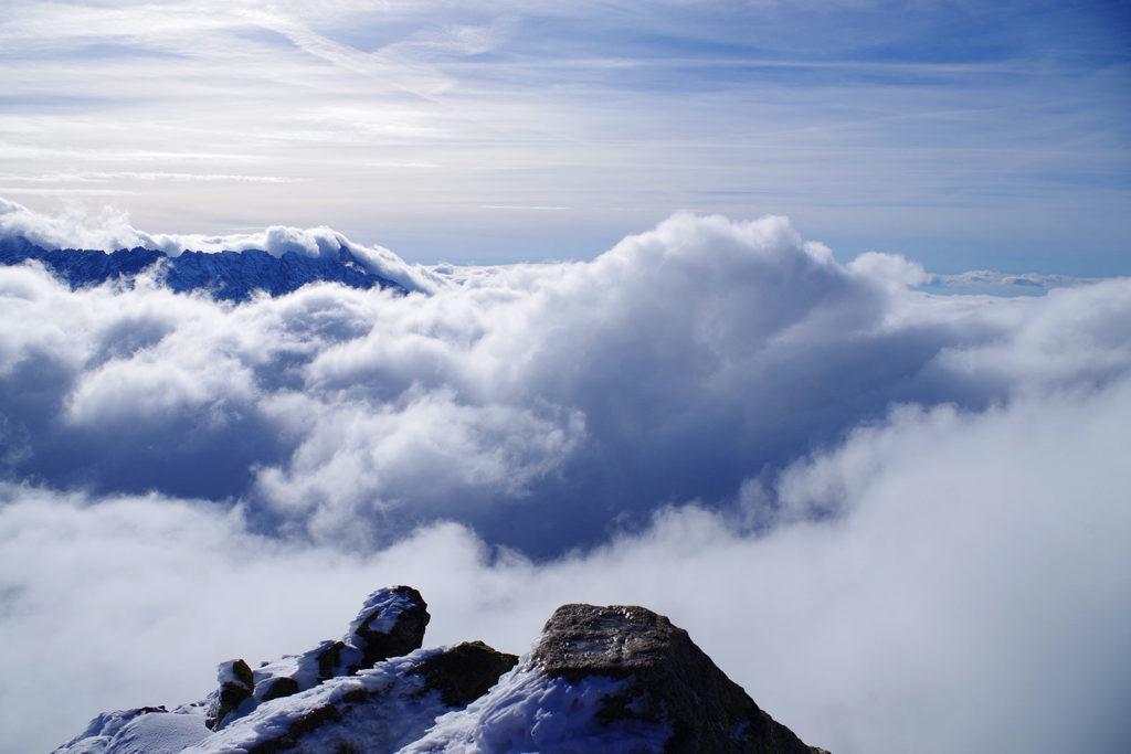 Chmury pod tatrzańskimi szczytami widziane ze szczytu Koziego Wierchu