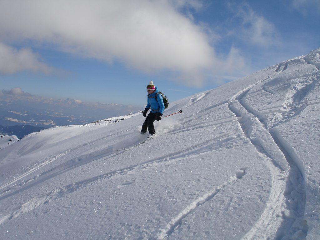 Zjazd na nartach poza trasą