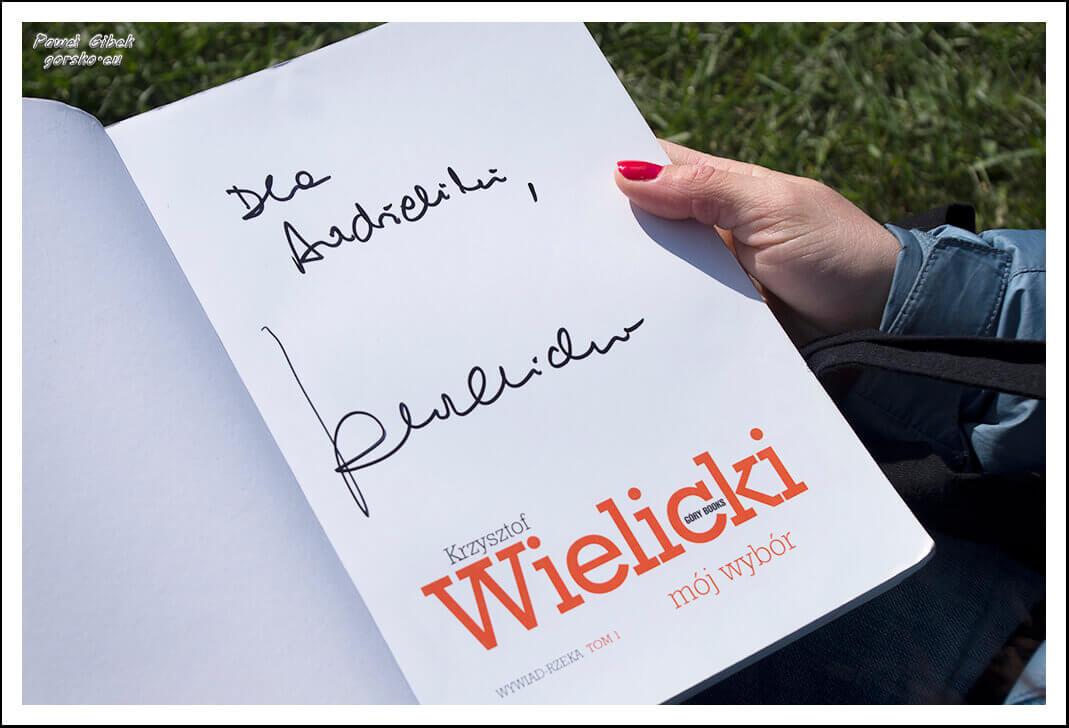 """Posiadacze książki """"Wywiad rzeka"""" Krzysztofa Wielickiego, mogli zdobyć na niej podpis z dedykacją"""
