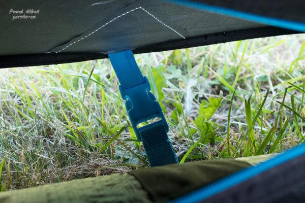 Namiot Quechua. Po otwarciu zamka odczepiamy klamrę