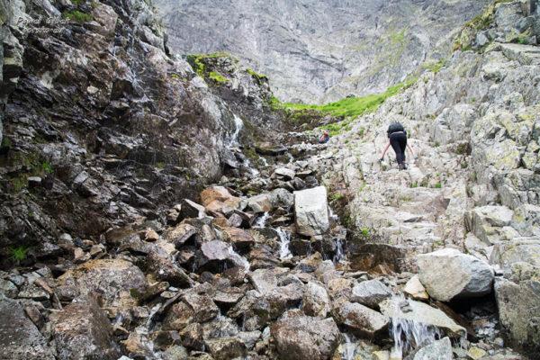 Szlak na Przełęcz pod Chłopkiem. Żlebik z wodą