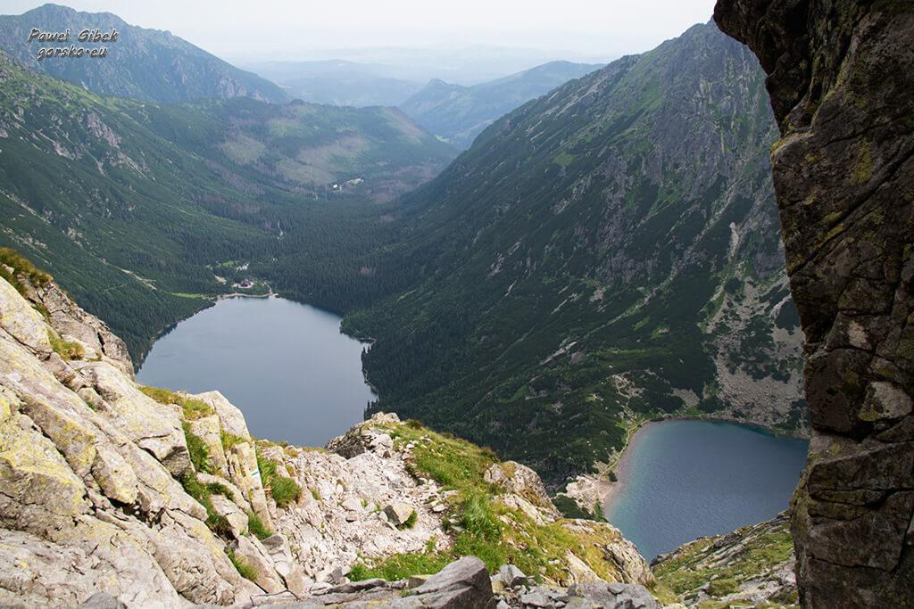 Szlak na Przełęcz pod Chłopkiem. Morskie Oko i Czarny Staw na jednym planie. Lepiej wyglądają tylko ze szlaku na Rysy