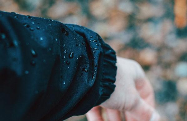 Impregnacja odzieży przeciwdeszczowej. Krople na materiale