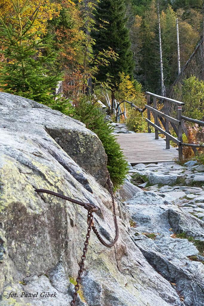 Opis wejścia na Baranie Rogi. Łańcuchy zaraz za wodospadem