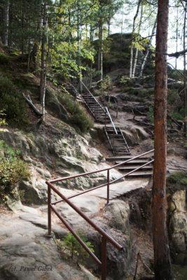 Skalne Miasto Adrspach. W całym skalnym mieście znajduje się wiele ułatwień w postaci schodów czy barierek