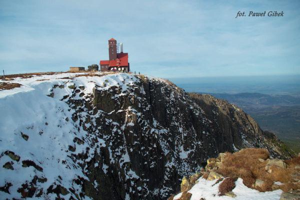 Szlak przez Śnieżne Kotły Szrenica Wodospad Kamieńczyka. Ściana kotła i stacja przekaźnikowa