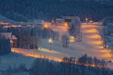 W Zieleniec SKI Arena oświetlenie tras umożliwia jazdę nocną