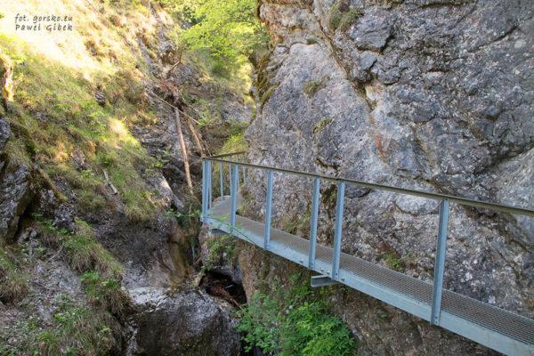 Niebieski szlak przez Janosikowe Diery. Gdyby nie kładki, zobaczenie tego miejsca byłoby bardzo trudne a dla wielu nawet niemożliwe