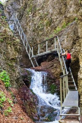 Niebieski szlak przez Janosikowe Diery. Wodospady w Dierach są chronione jako pomniki przyrody