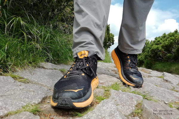 Jakie buty na maraton pieszy. Siateczkowa konstrukcja cholewki gwarantuje wysoki poziom oddychalności