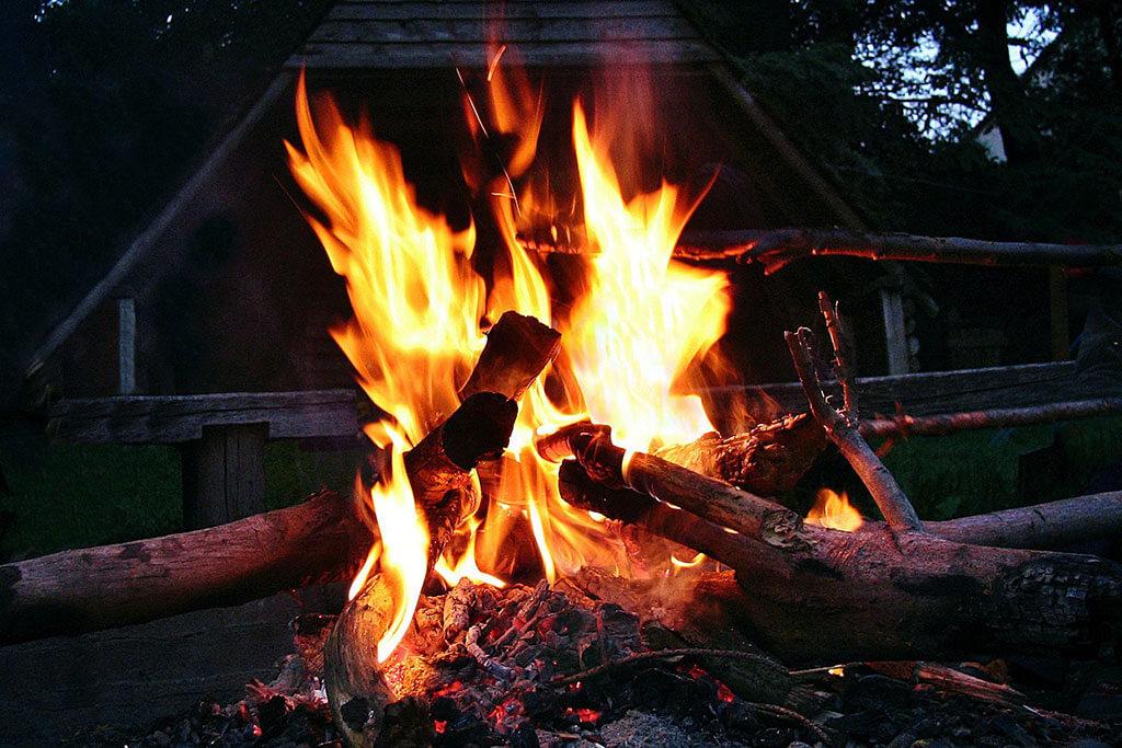 Jak-rozpalić-ogień-na-biwaku-w-górach