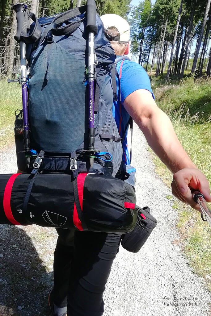 Gregory Stout 45. W pełni załadowany plecak z przytroczonym namiotem i kijami