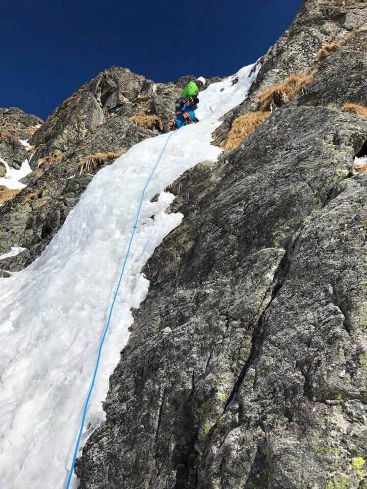 Maciek Ciesielski wspina się w lodzie