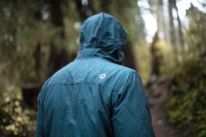 Kurtka-w-gory-w-deszczu