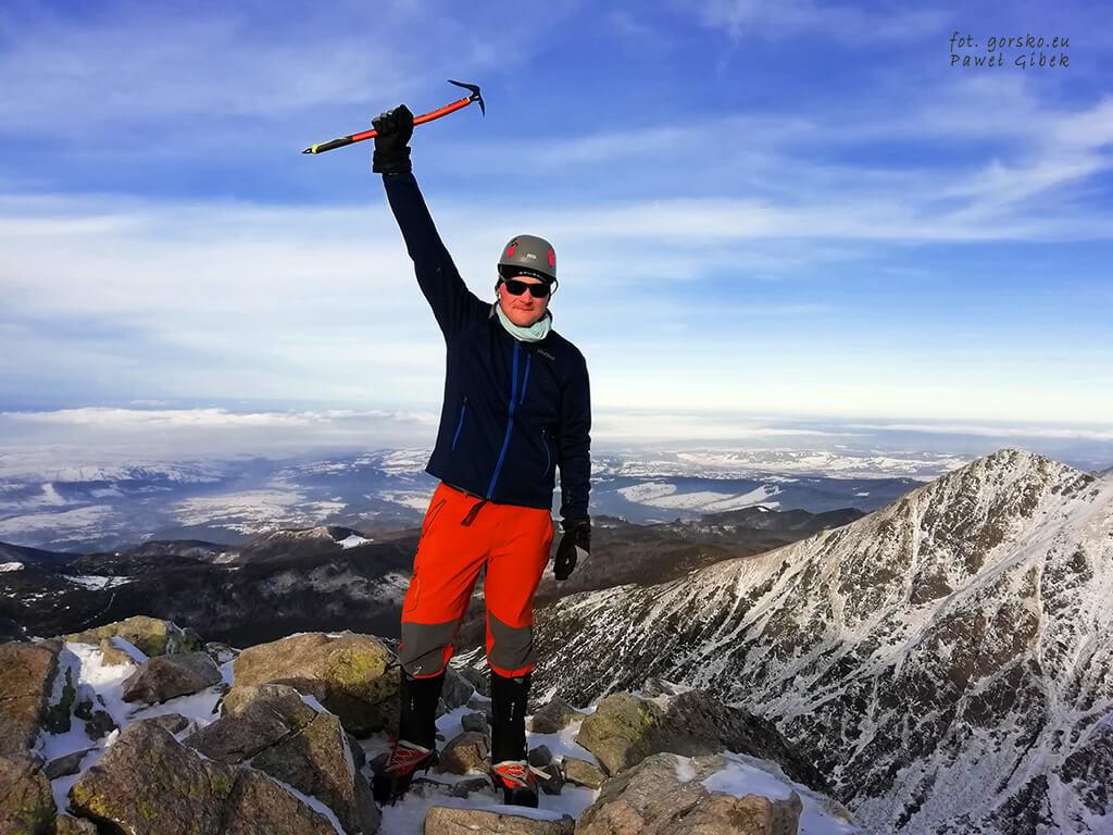 Na-szczycie-Koscielca-z-czekanem-Climbing-Technology-Dron-Plus-