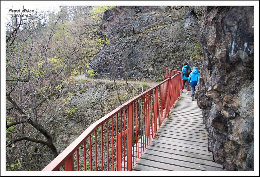 Ścieżka-prowadzi-stromym-zboczem-i-po-licznych-mostkach-2