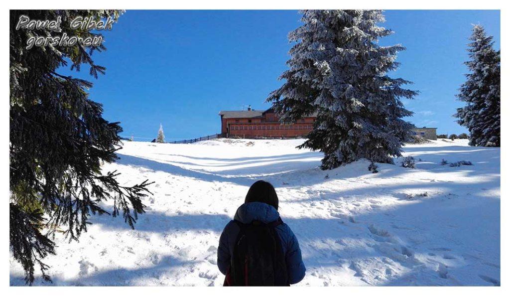 Śnieżnik-zimą.-Przed-nami-budynek-schroniska