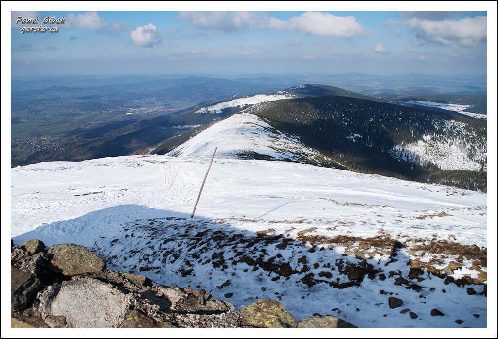 Szlak-na-Sniezke-Czechy-Widok-ze-szczytu-Śnieżki-na-stronę-polską