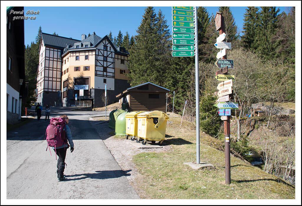 Szlak-na-Sniezke-Czechy-Z-parkingu-idziemy-żółtym-szlakiem