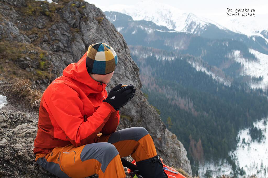 Kurtka-Marmot-Spire-swietnie-zabezpiecza-przed-wiatrem-w-trakcie-odpoczynku