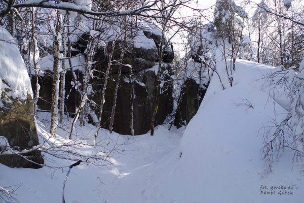 Zimowy-szlak-prowadzący-do-Schroniska-PTTK-Na-Szczelińcu