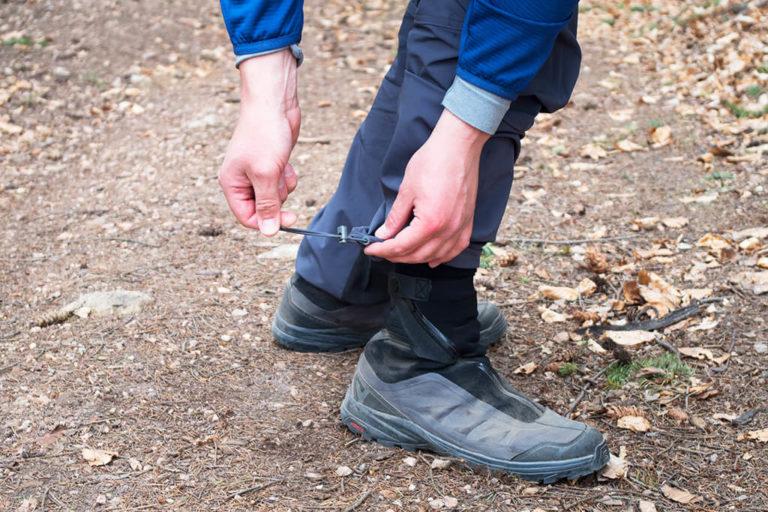 Ściągacze ze stoperami pozwalają na regulację obwodu dolnej części nogawek