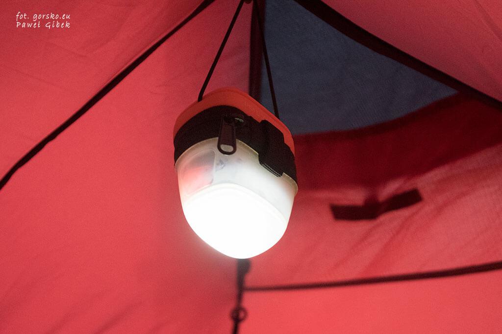 Petzl Noctilight zawieszony w namiocie