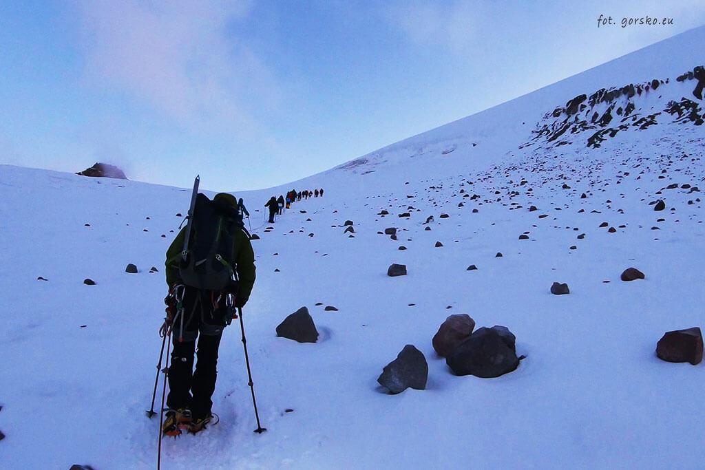 Wieloosobowy-zespół-lodowiec-Gergeti