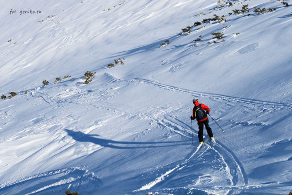 Plecak narciarski Thule Upslope 35 podczas zjazdu