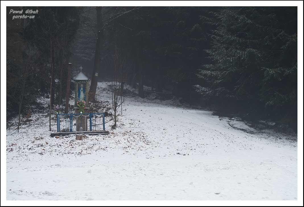 Mogielica zimą. Beskid Wyspowy. Szlak skręca delikatnie w prawo