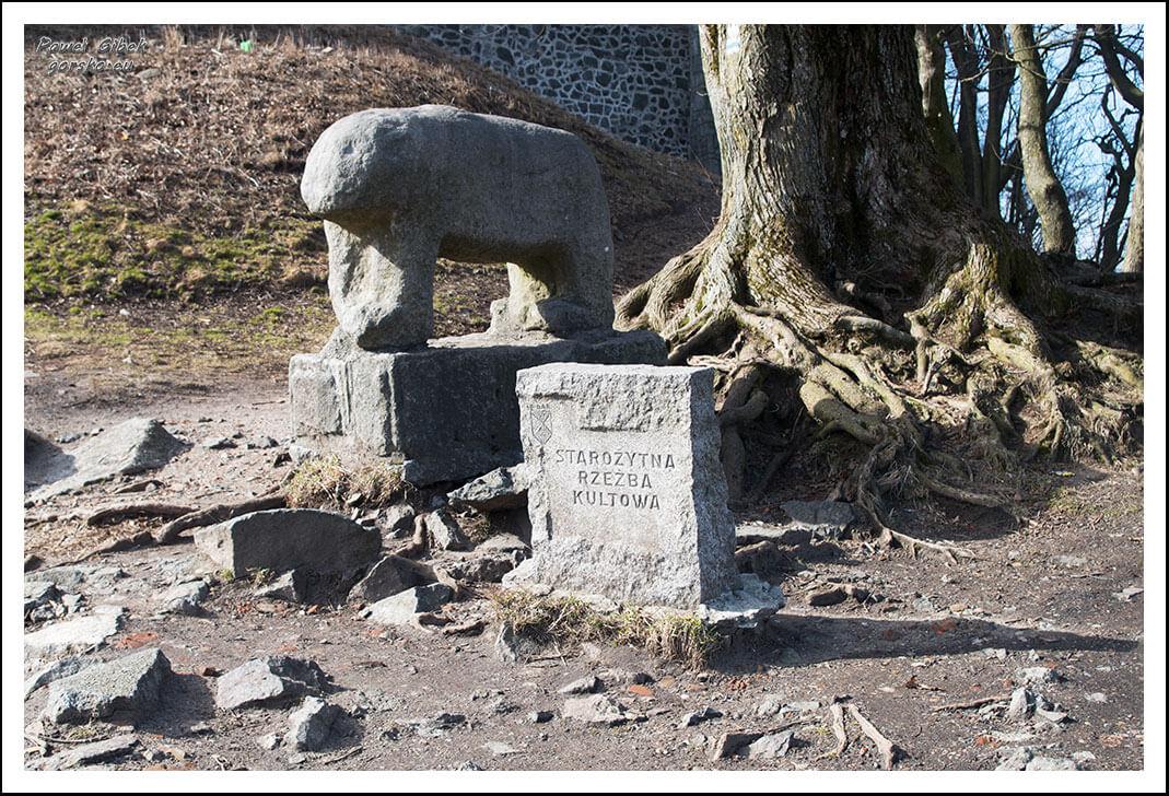 Posąg-niedźwiedzia-na-szczycie-Ślęży