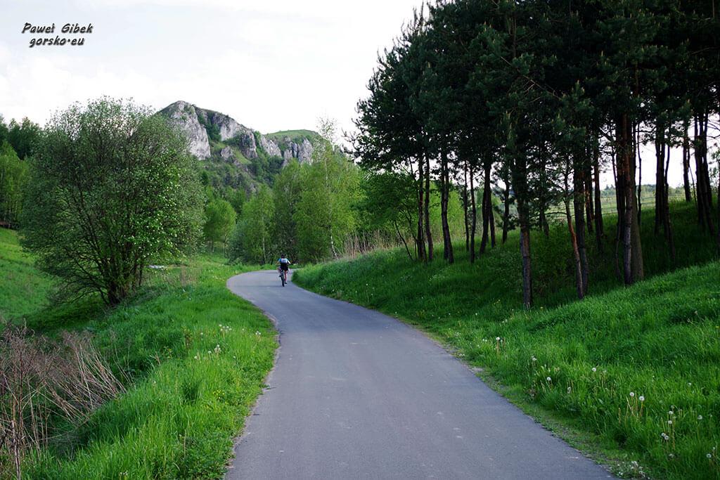 Szlak Orlich Gniazd rowerem. W okolicach wsi Racławice koło Krzeszowic