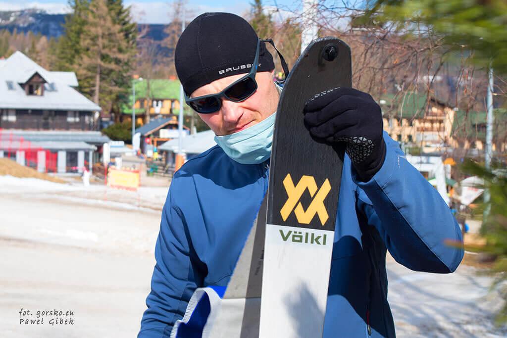 Łabski-szczyt-Szrenica-narty-skiturowe-zakładanie-fok-pod-dolną-stacją-wyciągu