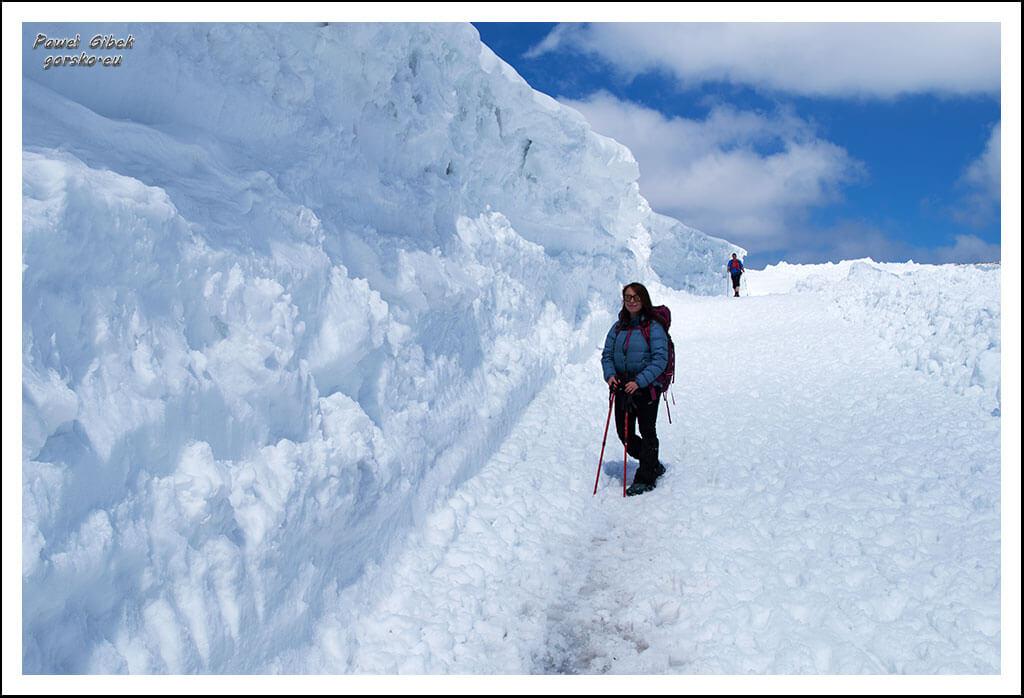 Szlak-na-Śnieżkę.-Korona-Gór-Unii-Europejskiej.-Czechy.-Ogromna-zaspa-śnieżna
